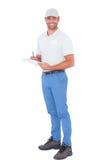 Уверенно мужское сочинительство заведущей на доске сзажимом для бумаги над белой предпосылкой Стоковая Фотография RF
