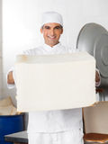 Уверенно мужской хлебопек держа большой хлебец хлеба Стоковые Изображения RF
