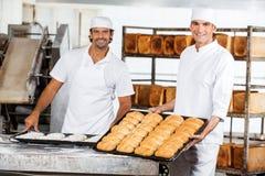 Уверенно мужской хлебопек с подносами выпечки Стоковое Фото