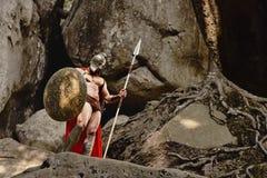 Уверенно мышечный ратник в обмундировании гладиатора Стоковая Фотография