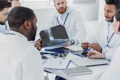 Уверенно доктора имея переговор на больнице Стоковые Фото