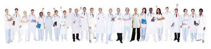 Уверенно доктора против белой предпосылки Стоковая Фотография RF