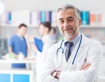 Уверенно доктор представляя в офисе Стоковое фото RF