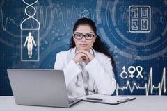 Уверенно доктор сидит перед виртуальным экраном Стоковые Фото
