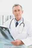 Уверенно доктор с изображением рентгеновского снимка легких в медицинском офисе Стоковое Изображение RF
