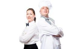 уверенно официантка и шеф-повар на белом портрете предпосылки стоковое изображение rf