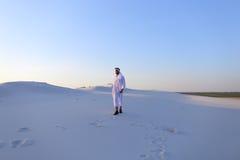 Уверенно парень, араб идет в середину белой пустыни и наслаждается l Стоковое Изображение RF