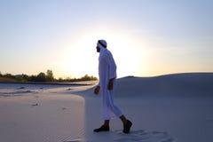 Уверенно парень, араб идет в середину белой пустыни и наслаждается l Стоковые Изображения