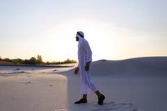 Уверенно парень, араб идет в середину белой пустыни и наслаждается l Стоковая Фотография