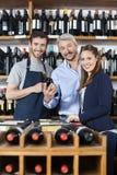 Уверенно пары и продавец с бутылкой вина Стоковые Изображения