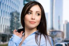 Уверенно портрет бизнес-леди внешний стоковые изображения rf