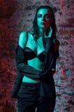 Уверенно портрет женщины в черном костюме стоковые фотографии rf