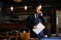 Уверенно предприниматель в собственном ресторане стоковое изображение rf