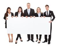 Уверенно предприниматели держа пустое знамя Стоковые Изображения RF