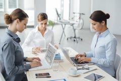 Уверенно предприниматели женщин работая на столе Стоковая Фотография RF