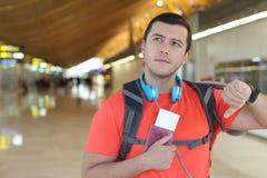 Уверенно путешественник около к доске стоковая фотография rf