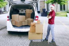 Уверенно работник доставляющий покупки на дом с пакетом Стоковые Фото