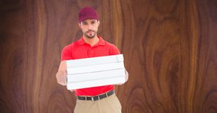 Уверенно работник доставляющий покупки на дом давая коробки пиццы Стоковая Фотография