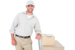 Уверенно работник доставляющий покупки на дом с картонными коробками Стоковые Изображения RF