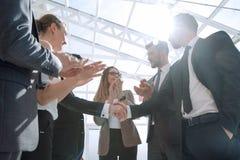 Уверенно рукопожатие делового партнера 2 Стоковое Изображение