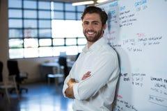 Уверенно склонность бизнесмена на whiteboard Стоковая Фотография