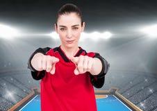 Уверенно спортсменка показывать против предпосылки стадиона Стоковая Фотография RF