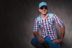 Уверенно старый вскользь человек с шляпой бейсбола и sunglassed sittin Стоковые Изображения