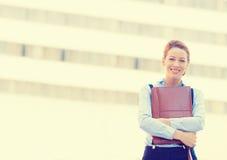 Уверенно усмехаясь счастливая довольно молодая профессиональная женщина стоковые изображения