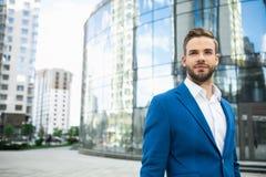 Уверенно человек стоя близко офисное здание Стоковая Фотография RF