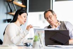 Уверенно человек и женщина работая в офисе совместно Стоковое Изображение RF