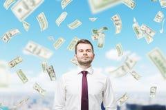 Уверенно человек и доллар идут дождь в городе Стоковое фото RF