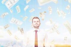 Уверенно человек и доллар идут дождь в городе Стоковые Фото