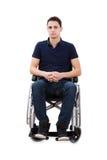 Уверенно человек сидя при руки сжиманные в кресло-коляске стоковое фото rf