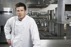 Уверенно шеф-повар в кухне стоковое изображение