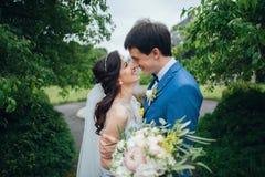 Уверенно элегантный groom и красивая застенчивая невеста держа ou рук Стоковые Фото