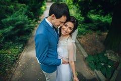 Уверенно элегантный groom и красивая застенчивая невеста держа ou рук Стоковое Фото