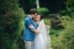 Уверенно элегантный groom и красивая застенчивая невеста держа ou рук Стоковое Изображение