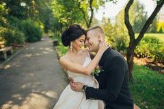 Уверенно элегантный groom и красивая застенчивая невеста держа ou рук Стоковые Изображения