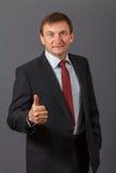 Уверенно элегантный красивый зрелый бизнесмен нося славный sui Стоковые Изображения RF