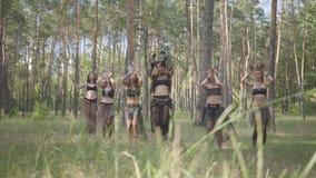 Уверенные танцоры женщин с макияжем и в мистических фантастических костюмах танцуя шпунтовой танец в природе Феи леса сток-видео