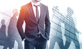 Уверенный бизнесмен и его команда стоковая фотография