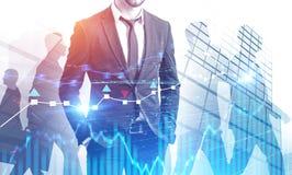 Уверенный бизнес лидер в городе, валюте изображает диаграммой стоковое изображение