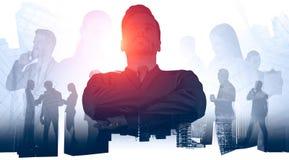 Уверенный бизнес лидер и его команда стоковые изображения rf
