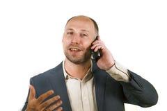 Уверенный успешный бизнесмен говоря на мобильном телефоне имея деловую беседу с усмехаться мобильного телефона жизнерадостный в к стоковое фото