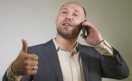Уверенный успешный бизнесмен говоря на мобильном телефоне имея деловую беседу с усмехаться мобильного телефона жизнерадостный в к стоковые фотографии rf