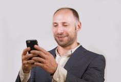 Уверенный успешный бизнесмен используя мобильный телефон имея делать онлайн дело с усмехаться мобильного телефона жизнерадостный  стоковое изображение