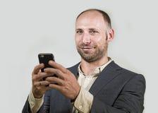 Уверенный успешный бизнесмен используя мобильный телефон имея делать онлайн дело с усмехаться мобильного телефона жизнерадостный  стоковые изображения