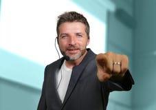 Уверенный успешный человек со шлемофоном говоря на корпоративном бизнесе тренируя и тренируя говоря конференц-зала аудитории стоковое изображение rf