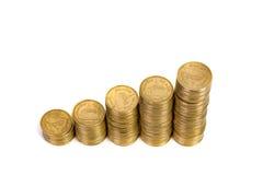 Увеличивая столбцы монеток, куч золотых монеток аранжированных как g Стоковые Изображения