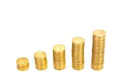 Увеличивая столбцы монеток, куч золотых монеток аранжированных как g Стоковая Фотография